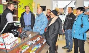 Musterhaft: Einen Dorfladen mit Café-Ecke besichtigten Mitglieder der Projektgruppe Nahversorgung der Grabfeld-Allianz im thüringischen Bedheim.FOTO: Regina Vossenkaul